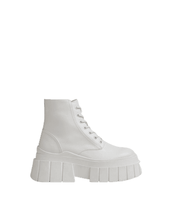 Lace-up platform boots with textured sole - Shoes - Woman | Bershka
