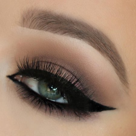 dramatic cat eyes makeup black