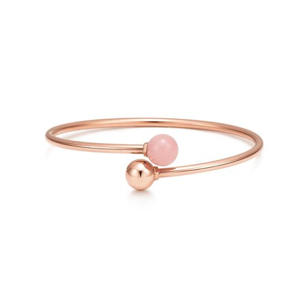 Tiffany HardWear ball bypass bracelet in 18k rose gold with pink quartz, medium. | Tiffany & Co.