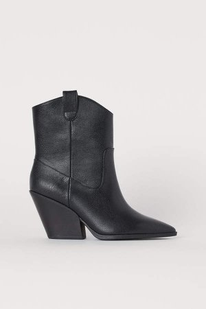 Boots with Pointed Toes - Black