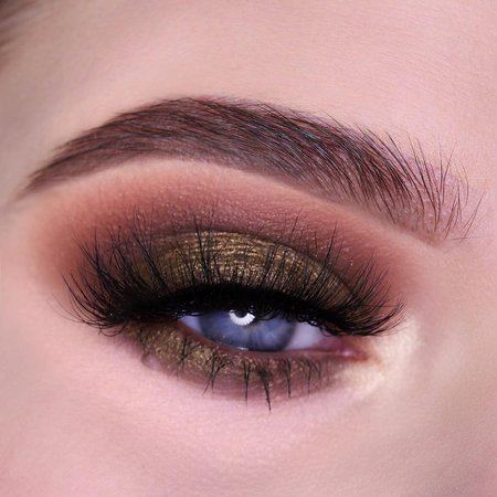 Kylie Cosmetics sur Instagram : Bronze Extended Palette look ✨ Using shades: Bronze (crease, lower lash line), Pyrite (lid) and Quartz (inner corner) @lipsonfire_