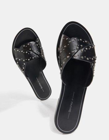 Flat criss-cross sandals with studs - Flat sandals - Woman | Bershka
