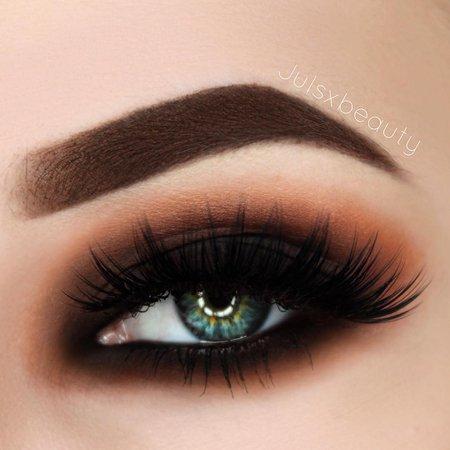 "Júlia sur Instagram: Just a warm brown smokey eye 🚬 Brows: @anastasiabeverlyhills dipbrow Pomade ""chocolate"" Eyes: @morphebrushes 35W palette and…"