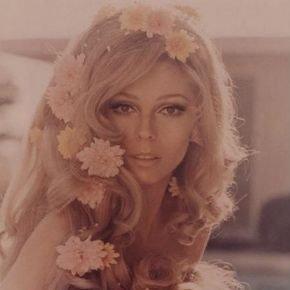 girl 70s flower in hair