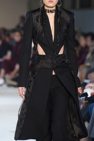 Alexander McQueen at Paris Fashion Week Spring 2019 - Livingly
