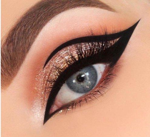Graphic cat eye makeup