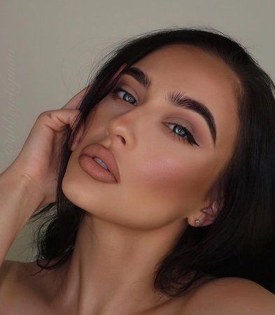 ABBEY STOJANOVIC sur Instagram: Actually loving this makeup look! Here are the details you asked for! ❤️ . ✨primer @hudabeauty Complexion perfection pre-makeup base…