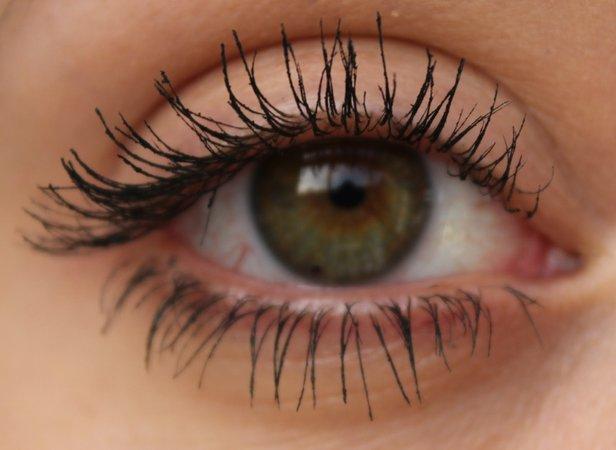 Green eye mascara