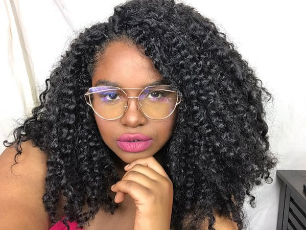 curly hair pink lip