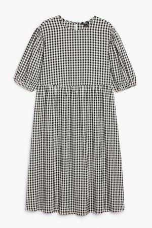 Seersucker maxi dress - White - Dresses - Monki
