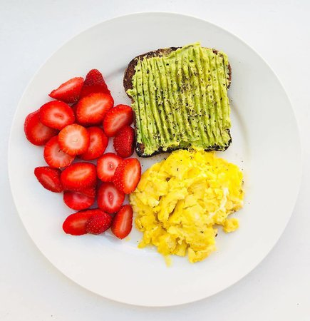 """21 Day Fix on Instagram: """"Breakfast win by @endlessmunchies. How are you fueling up for the week, Fix Fam? ⠀ ⠀ Avocado toast = 1 blue + 1 yellow⠀ Strawberries = 1…"""""""