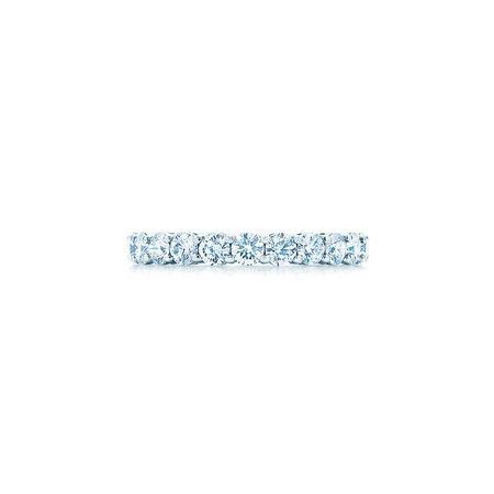 Anneau Tiffany Embrace® en platine et diamants. Largeur : 3 mm.   Tiffany & Co.