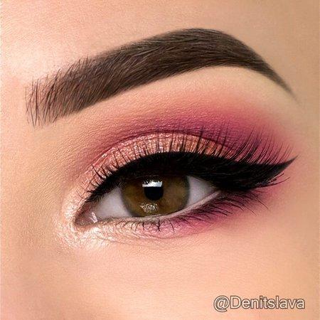 "Denitslava en Instagram: ""Hey guys 🙋 Here is a quick tutorial on a soft coral/pink eye makeup look 😊🌼🌻 I used: ▪ @anastasiabeverlyhills brow definer in medium…"""