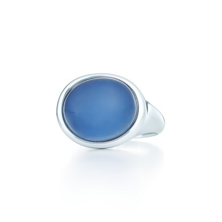 Elsa Peretti® Cabochon ring in silver with a blue chalcedony. | Tiffany & Co.