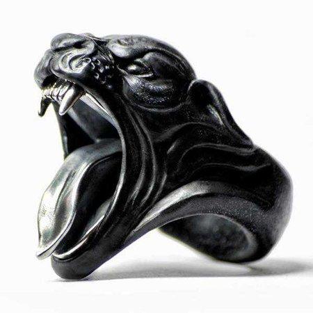 Black panthère ring macabre gadgets