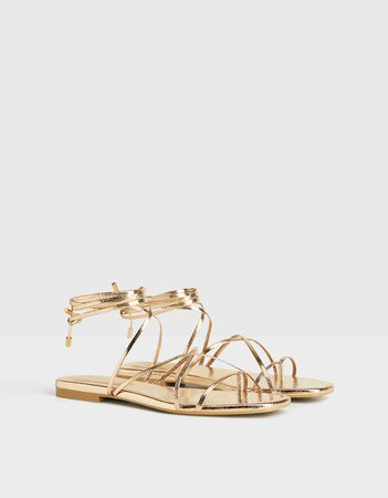 Sandalia plana atada metalizada. - Zapatos - Bershka España
