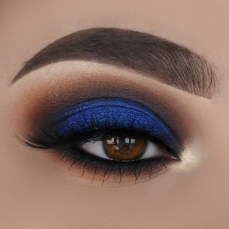 Caterina_triant sur Instagram: Blue Smokey Eye look💙 Products used: @anastasiabeverlyhills dipbrow pomade in dark brown & lip palette for the base @benefitcosmetics…