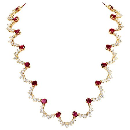 10.56 Carat Oval Ruby and 10.78 Carat Diamond Wreath Necklace in 18 Karat Gold For Sale at 1stDibs