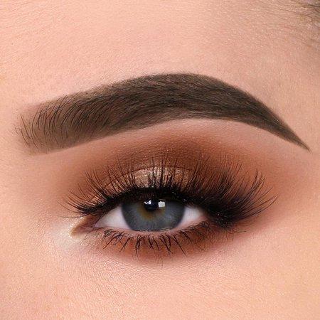 🆆🅸🅴🆂 sur Instagram: Neutral glam 🐾 _____________ - @tartecosmetics Toasted Tartelette Shadow Palette - @bobbibrown Eyeshadow Primer - @nyxcosmetics Epic Ink…